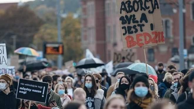 Власти Польши призывают прекратить протесты из-за COVID-19