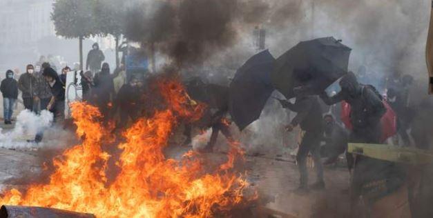 Во Франции во время протестов пострадали почти сто полицейских