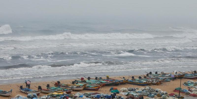 Индию накрыл мощный циклон, в Израиле затопило военные базы