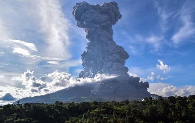 Извержение вулкана в Индонезии: эвакуировано 4,6 тысячи человек