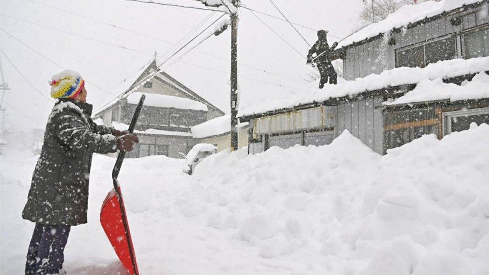 В Японии из-за снегопадов пострадали уже почти 80 человек