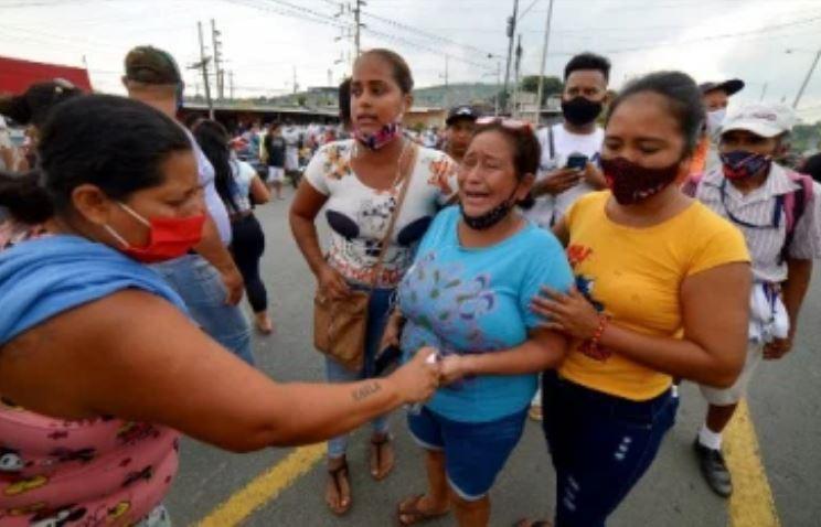 родственники погибших в тюрьме Эквадора