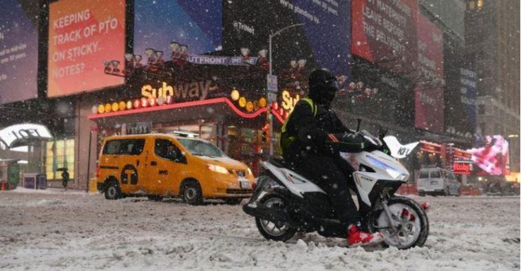 В США из-за снежных ураганов погибли люди, в Турции – наводнения