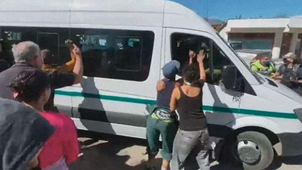В Аргентине протестанты напали на микроавтобус с президентом