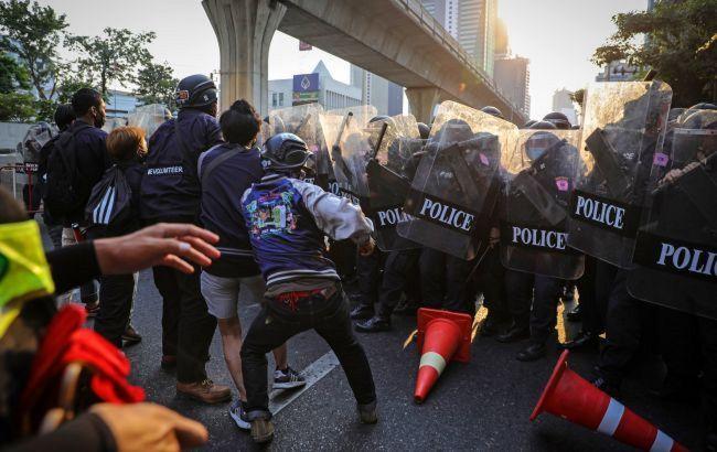 Из Мьянмы, охваченной протестами, полицейские бегут в Индию