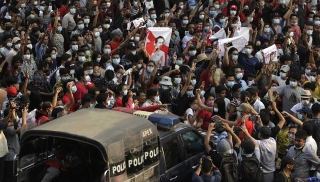 В Мьянме с начала протестов погибли уже 459 человек