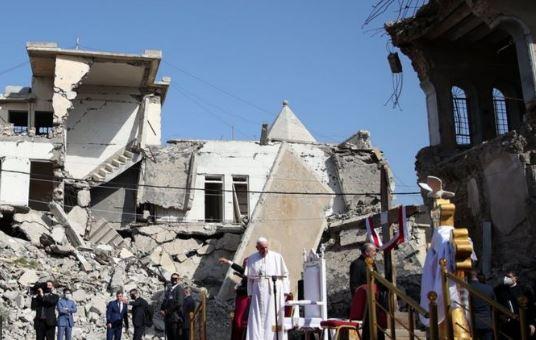 Папа Римский на руинах