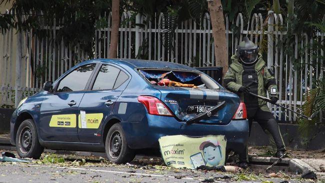 В Индонезии террористы-смертники взорвали бомбу возле церкви